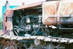Cingoli continui del bulldozer Fine in su dettaglio delle piste arrugginite di un trattore Fotografie Stock