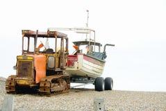 Cingolo con la barca su rimorchio immagini stock
