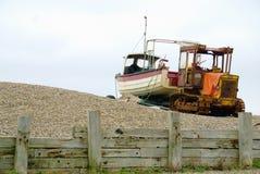 Cingolo e barca sulla spiaggia dell'assicella fotografie stock libere da diritti