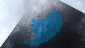 Cinguetti il logo sulle nuvole di riflessione di una facciata del grattacielo Rappresentazione editoriale 3D Immagini Stock Libere da Diritti