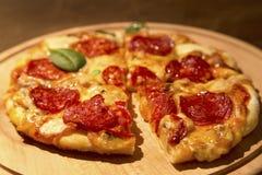 ?cinku podobie?stwo ?cie?ki odseparowana pizza pepperoni zdjęcia stock