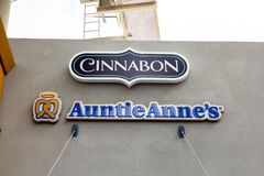 Cinnabon και σημάδι εστιατορίων Auntie Anne στοκ εικόνα με δικαίωμα ελεύθερης χρήσης