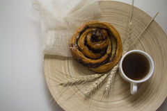 Cinnabonbroodje en espresso Stock Afbeeldingen