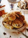 Cinnabons用葡萄干,桂香和香草调味 免版税图库摄影