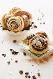 Cinnabons com molho da passa, da canela e da baunilha Imagens de Stock Royalty Free