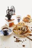 Cinnabons con l'uva passa, la cannella e la vaniglia sauce fotografia stock libera da diritti