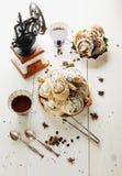 Cinnabons met rozijn, kaneel en vanillesaus Stock Foto
