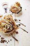 Cinnabons met rozijn, kaneel en vanillesaus Stock Foto's
