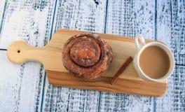 Cinnamon bun with coffee Royalty Free Stock Photography