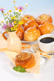 Cinnamon roll breakfast Royalty Free Stock Photos