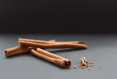Cinnamon sticks and ground cinnamon Royalty Free Stock Images
