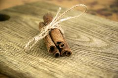 Cinnamon sticks on old wooden board royalty free stock photos