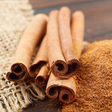 Cinnamon sticks and  powder in scoop Royalty Free Stock Photos