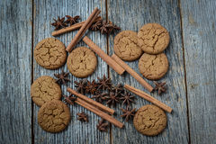 Cinnamon sticks, star anise and gingersnap cookies Stock Photography