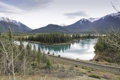 Cinnoberfärg sjöar och montering Rundle Arkivfoto
