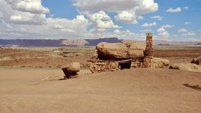 Cinnoberfärger Cliff Dweller Home i Arizona arkivfoto