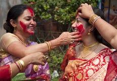 Cinnoberfärger spelar (den Sindur khelaen) under durgapuja Fotografering för Bildbyråer