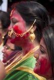 Cinnoberfärger spelar (den Sindur khelaen) under durgapuja Royaltyfri Fotografi