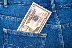 Cinqüênta dólares de conta que cola fora do bolso das calças de brim Foto de Stock Royalty Free
