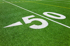 Cinqüênta linha de jardas - campo de futebol Imagem de Stock
