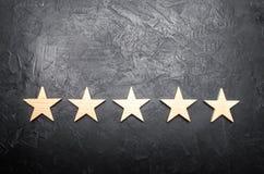 Cinq étoiles sur un fond foncé Le concept de l'estimation et de l'évaluation L'estimation de l'hôtel, restaurant, application mob illustration stock