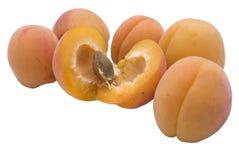 Cinq abricots et une lame photographie stock libre de droits