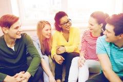 Cinq adolescents de sourire ayant l'amusement à la maison Images stock