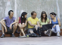 Cinq amis à l'extérieur Images stock