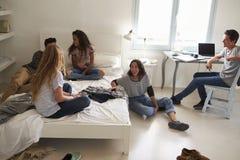Cinq amis adolescents traînant ensemble dans la chambre à coucher Images stock