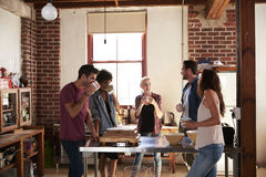 Cinq amis ayant le café dans la cuisine, longueur de trois-quarts Image stock
