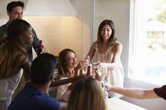 Cinq amis ayant une vie sociale dans la cuisine faisant un pain grillé Photographie stock libre de droits