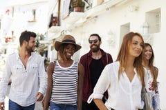 Cinq amis des vacances marchant par la ville, Ibiza, Espagne Photos stock