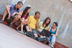 Cinq amis extérieurs Images libres de droits