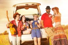 Cinq amis heureux appréciant la vie pendant un voyage de voiture Photo libre de droits