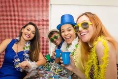Cinq amis sont habillés pour apprécier le Carnaval Les gens sont La Photographie stock