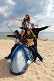 Cinq amis sur le bateau Images libres de droits