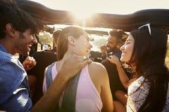 Cinq amis voyageant ensemble sur un voyage par la route dans une voiture Images libres de droits