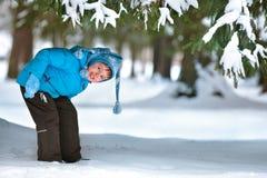 Cinq années mignonnes de garçon jouant sur la forêt de l'hiver Image libre de droits