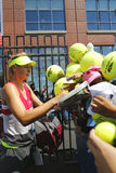 Cinq autographes de signature de Maria Sharapova de champion de Grand Chelem de périodes après la pratique pour l'US Open 2014 Photo stock