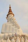 Cinq Bigwhite Buddhas au temple de phasornkaew de Wat, vue d'A de Beauti Photos stock