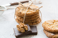 Cinq biscuits avec des wallnuts et des puces de chocolat Photographie stock