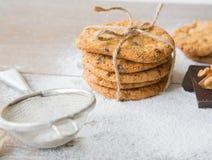 Cinq biscuits avec des wallnuts et des puces de chocolat Photos libres de droits
