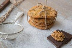 Cinq biscuits avec des wallnuts et des puces de chocolat Photos stock