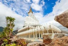 Cinq blanc Bouddha au temple de Phasornkaew, secteur de Khao Kho, province de Phetchabun, Thaïlande Image stock