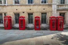 Cinq boîtes de téléphone de Londres de rouge Photographie stock libre de droits
