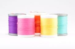 Cinq bobines colorées de fil Image stock