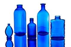 Cinq bouteilles bleues antiques Photos libres de droits