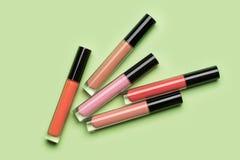 Cinq bouteilles brillamment colorées de lustre liquide de rouge à lèvres et de lèvre photo stock