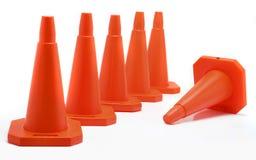 Cinq cônes alignés, un tombent vers le bas Photo stock