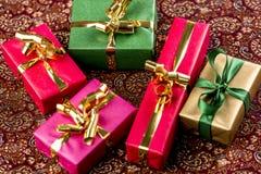 Cinq cadeaux de couleur simple Photos libres de droits